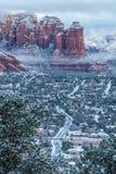 Sedona的剧烈的图象在隔夜降雪以后的黎明 免版税库存图片