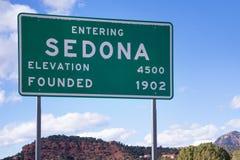 Sedona, Arizona, segnale stradale con il paesaggio rosso della montagna della roccia fotografie stock libere da diritti