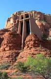 Sedona: die Kapelle des heiligen Kreuzes errichtet in die Buttes lizenzfreie stockfotos