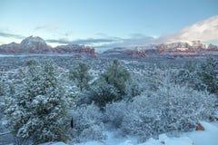 Sedona et ses roches rouges célèbres après des chutes de neige Photographie stock libre de droits
