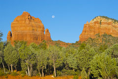 Sedona, formazione rocciosa di AZ con la luna piena Immagine Stock Libera da Diritti