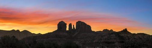 Sedona-Sonnenaufgang - Kathedralen-Felsen lizenzfreie stockfotos