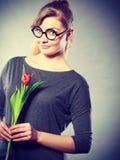 Seducive dziewczyny mienia nerdy tulipan Zdjęcie Stock