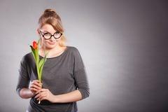 Seducive dziewczyny mienia nerdy tulipan Obrazy Royalty Free
