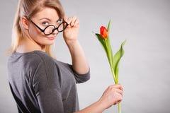 Seducive dziewczyny mienia nerdy tulipan Zdjęcia Royalty Free
