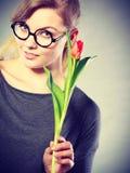 Seducive dziewczyny mienia nerdy tulipan Zdjęcie Royalty Free