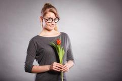 Seducive dziewczyny mienia nerdy tulipan Zdjęcia Stock