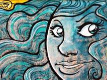 Seducting azul Siren& x27; cara Grafito de s na parede pública, arte G da rua Foto de Stock Royalty Free