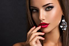 Free Seductive Woman With Dark Brown Eye Makeup And Bright Red Lips And Nails Stock Photo - 157548160