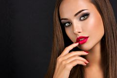 Free Seductive Woman With Dark Brown Eye Makeup And Bright Red Lips And Nails Stock Photo - 157548210