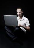 Seduta adolescente sul pavimento con il computer portatile Fotografie Stock Libere da Diritti