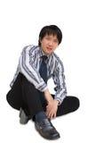 Seduta asiatica dell'uomo di affari fotografia stock libera da diritti