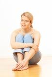 Seduta bionda della donna Fotografie Stock