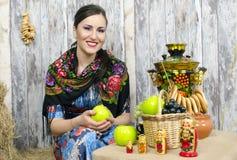 Seduta castana alla samovar con i bagel Fotografia Stock