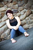 Seduta castana sorridente della donna Fotografia Stock