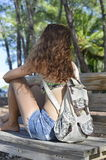 Seduta castana su un banco di parco di estate Fotografie Stock