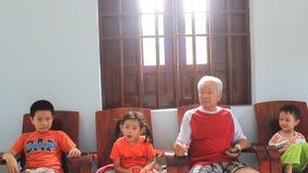 Seduta dei bambini e degli uomini anziani archivi video