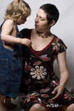 Seduta del figlio e della mamma Fotografia Stock