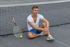 Seduta del giocatore di tennis oltre alla rete fotografia stock libera da diritti