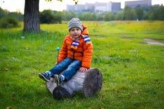 Seduta del ragazzino Fotografia Stock