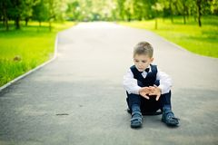 Seduta del ragazzo Fotografia Stock