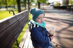 seduta del ragazzo del banco Fotografia Stock Libera da Diritti