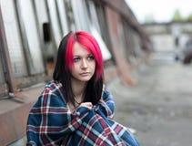 Seduta dell'adolescente coperta di coperta Immagine Stock