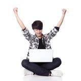 Seduta dell'uomo dello studente e computer usando Immagini Stock Libere da Diritti
