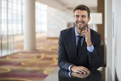 Seduta dell'uomo di affari sicura con il ritratto di sorriso Fotografia Stock Libera da Diritti