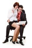 Seduta della donna e del giovane, esaminante computer portatile. Fotografia Stock Libera da Diritti