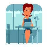 Seduta della donna e per mezzo di un computer della compressa Immagini Stock