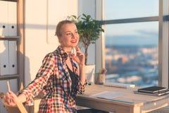 Seduta della donna premurosa, concentrato, scrivendo, leggere, lavorante allo studio leggero Ritratto di vista laterale di giovan Fotografia Stock