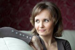 Seduta della giovane donna Fotografia Stock Libera da Diritti