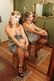 Seduta della giovane donna. Immagini Stock