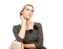 Seduta della giovane donna isolata su fondo bianco fotografie stock
