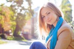 Seduta della giovane donna, paesaggio urbano Fotografia Stock