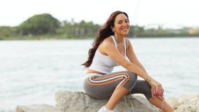 Seduta di modello di giovane forma fisica sulle rocce Immagine Stock Libera da Diritti