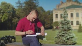 Seduta di risposta occupata del telefono dello studente maschio sul banco archivi video