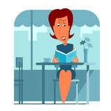 Seduta e lettura della donna un libro Immagine Stock