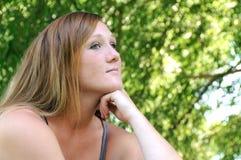 Seduta e pensiero della ragazza fotografia stock