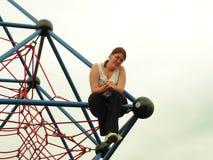 Seduta e sguardo dell'adolescente Immagini Stock Libere da Diritti