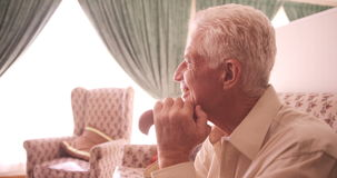 Seduta e sorridere dell'uomo senior archivi video