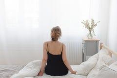 Seduta ed allungamento della donna Fotografie Stock