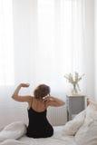 Seduta ed allungamento della donna Fotografia Stock