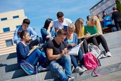 Seduta esterna degli studenti sui punti Immagini Stock Libere da Diritti