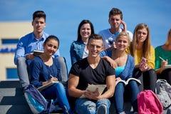 Seduta esterna degli studenti sui punti Immagine Stock Libera da Diritti