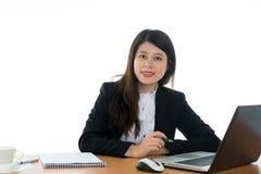 seduta felice dell'ufficio dello scrittorio della donna di affari Fotografie Stock Libere da Diritti
