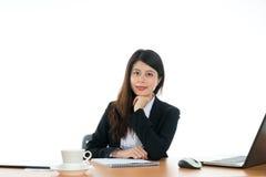 seduta felice dell'ufficio dello scrittorio della donna di affari Immagini Stock Libere da Diritti