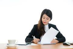 seduta felice dell'ufficio dello scrittorio della donna di affari Fotografie Stock