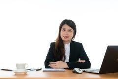 seduta felice dell'ufficio dello scrittorio della donna di affari Immagine Stock